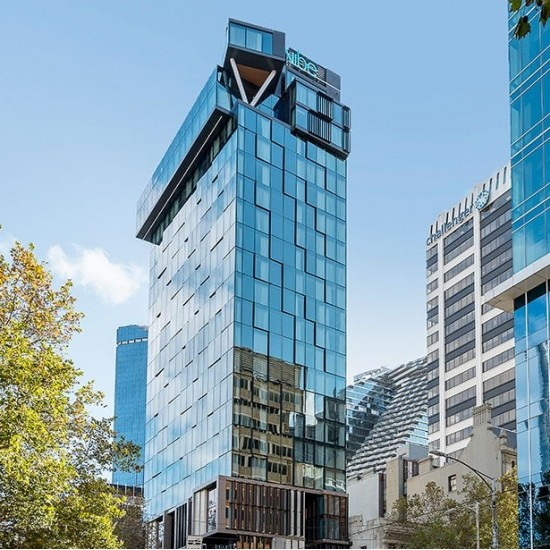 Vibe Hotel Melbourne - Centrally located hotel in Melbourne CBD with stylish decor featuring a restaurant, fitness centre, indoor pool and shared lounge.